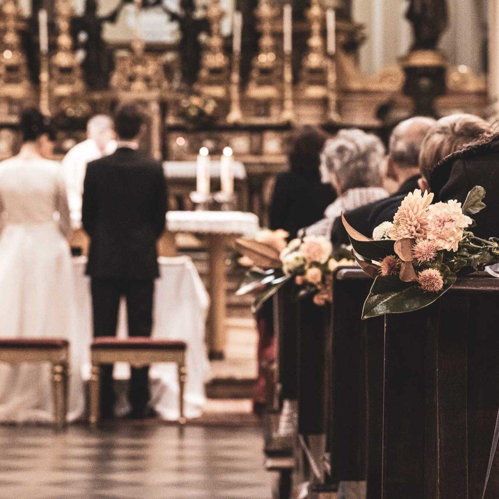 valentina esposito fotoreporter matrimonio autunno sposi in chiesa da dietro