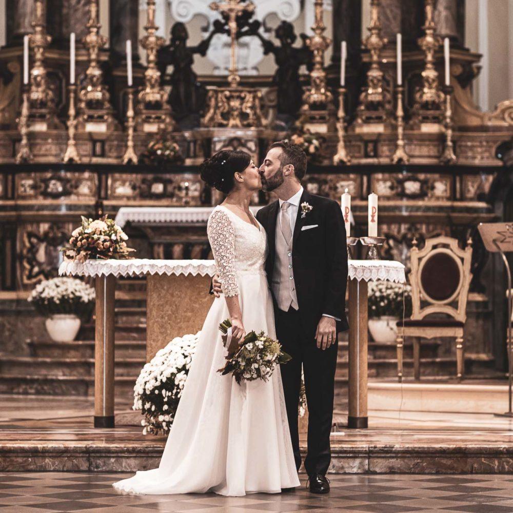 valentina esposito fotoreporter matrimonio autunno sposi in chiesa bacio
