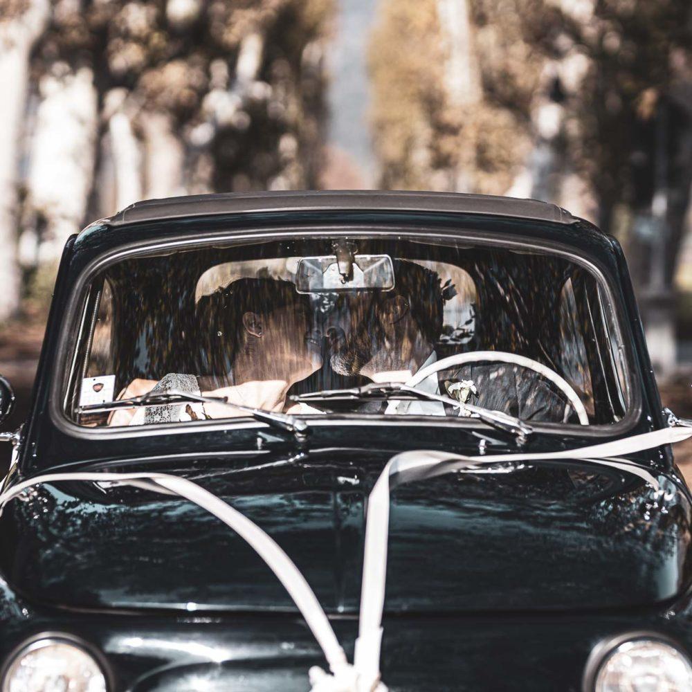 valentina esposito fotoreporter matrimonio autunno sposi in macchina 500 che si baciano