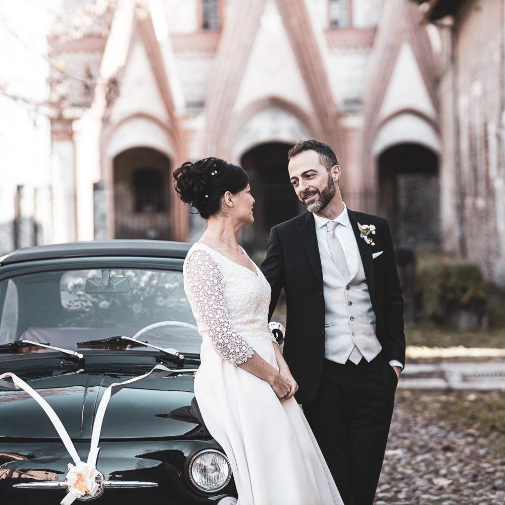 valentina esposito fotoreporter matrimonio autunno sposi con macchina 500 sfondo chiesa