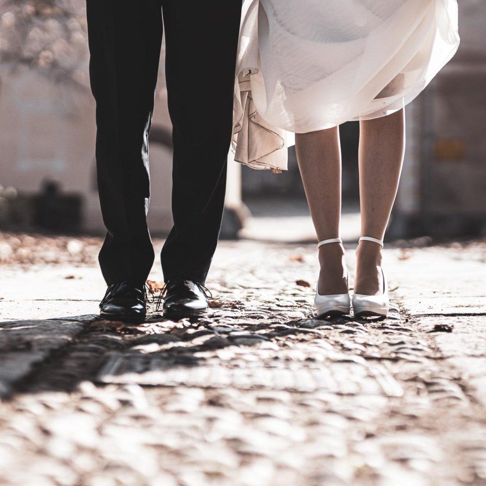 valentina esposito fotoreporter matrimonio autunno dettaglio piedi sposi